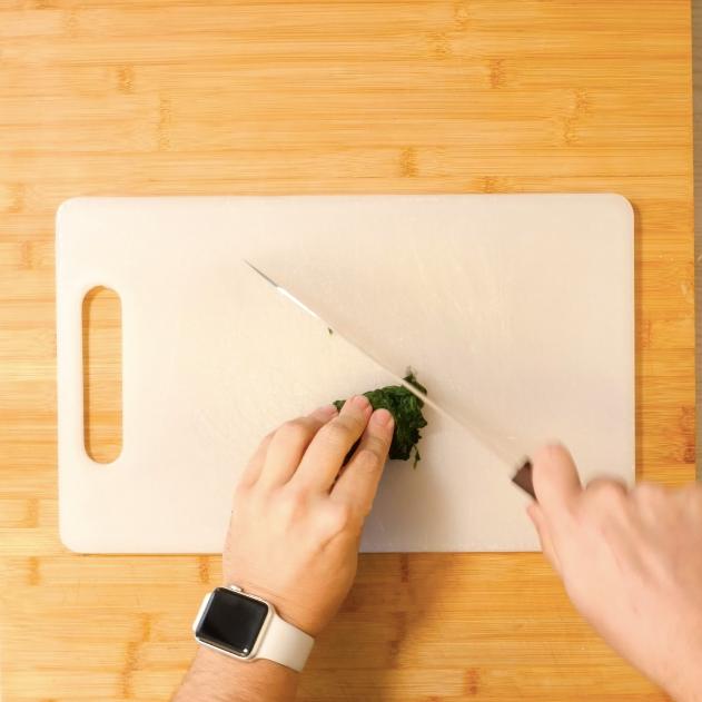 1. Sbollentare gli spinaci e poi tagliarli finemente