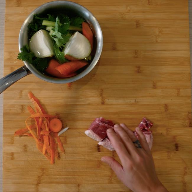 1. Preparare il brodo con odori e carne
