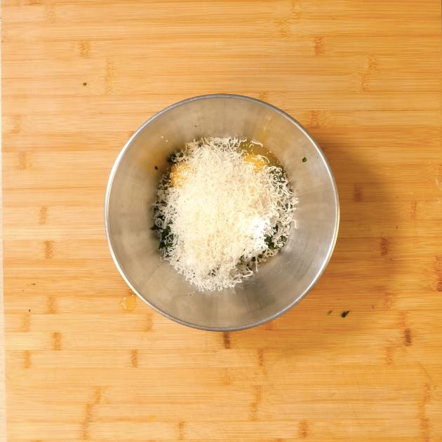 2. In una ciotola mettere: ricotta, spinaci, uovo, parmigiano reggiano, sale, noce moscata grattugiata e mescolare