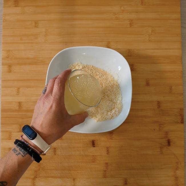 2. Miscelare il parmigiano con il pangrattato, noce moscata e un po' di brodo. Aggiungere poi un uovo