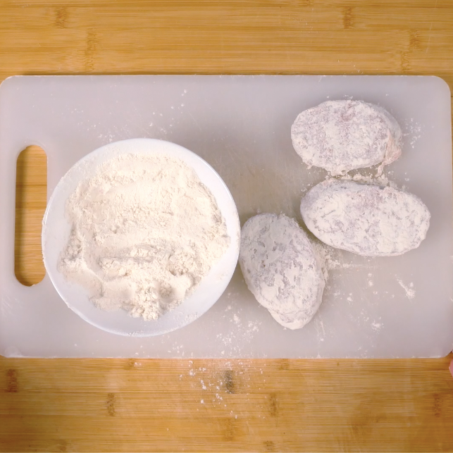 2. Infarinare le fette di salame
