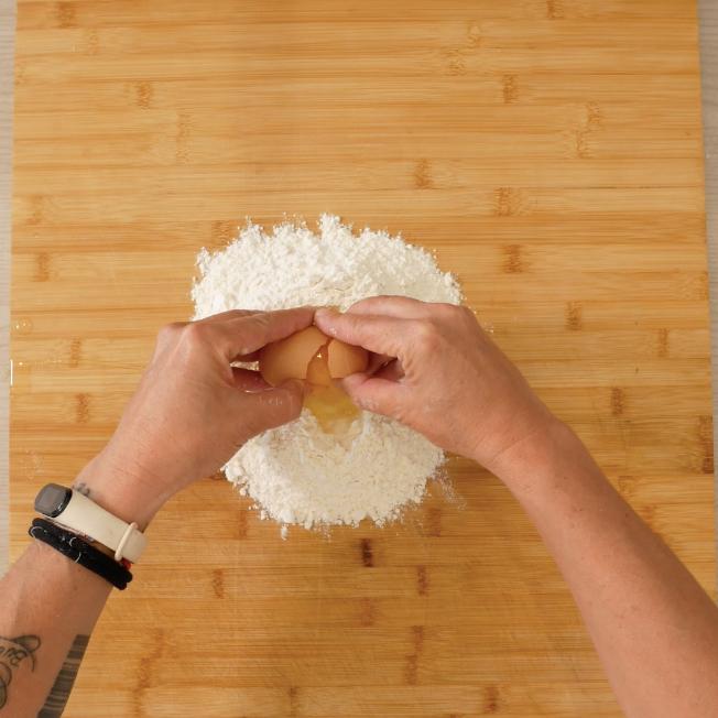 4. Creare poi una fontana di farina, aggiungere le uova ed impastare il tutto