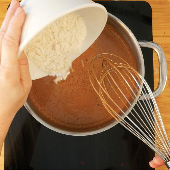 4. Versare il composto in un tegame ed unire la farina. Mescolate il tutto fino a portarlo ad ebollizione