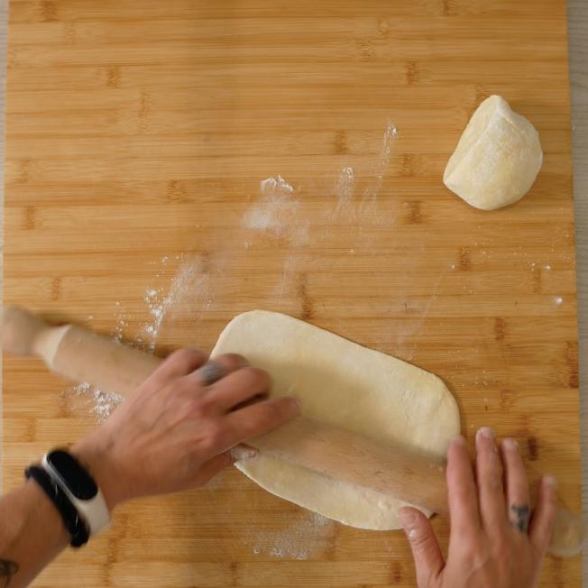 5. Stendere con l'aiuto di un mattarello la pasta dopo aver diviso il panetto in due e poi allungarla con l'aiuto di una macchinetta